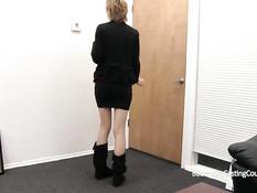 Молодую блондинку с татуировками оттрахали в киску на кастинге