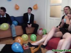 Европейские студенты занимаются групповым сексом на вечеринке