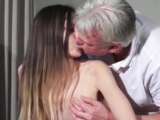 Юная развратница в розовом белье соблазняет пожилого мужчину