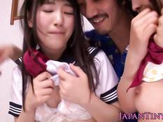 Похотливый мужчина оттрахал в туалете двух японских студенток