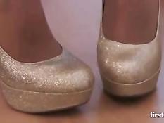 Девушка в туфлях на шпильках раздевается и позирует в колготках
