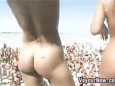 Развратные голые девицы танцуют на сцене на пляжном фестивале