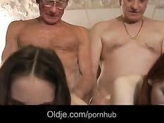 Двое пожилых мужчин занялись сексом с двумя молодыми девками
