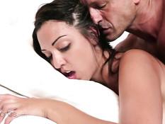 Мужчина на кровати занимается любовью с молодой Daniela Catalan