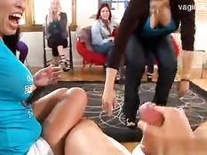 Стриптизёры дают девушкам сделать минет на весёлом девичнике