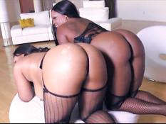 Сочные и очень горячие чернокожие девушки доводят до оргазма