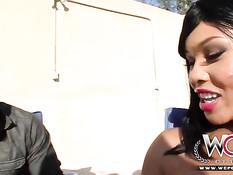 Негр трахает большим членом знойную мулатку в корсете Lila Jordan