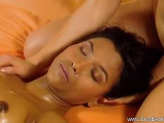 Шатенка лесбиянка делает эротический массаж молодой мулаточке