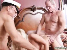 Двое пожилых любовников отодрали на кровати горячую блондинку