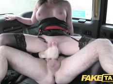 Светловолосая женщина в чёрных чулках ебётся с водителем такси