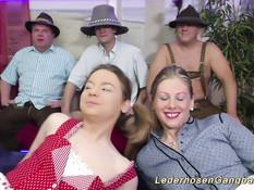Мужчины оттрахали двух молодых немецких женщин в свинг клубе