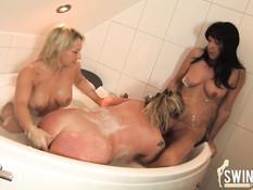 Немецкие домохозяйки втроём принимают ванну на свинг вечеринке