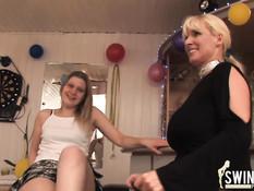 Молодая и пожилая немецкие свинг пары занимаются сексом дома
