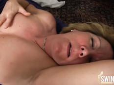 Знойную немецкую даму в чулках трахают на кровати в свинг клубе