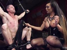Азиатский транс Venus Lux заставил мужика отсосать и отымел в зад