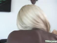 Сисястый темнокожий транс со светлыми волосами дрочит свой член