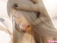 Девушка с рыжими волосами садится на член темноволосому трансу