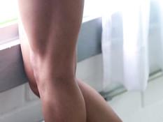 Светловолосый транс Giselle Sakai показывает татуированное тело