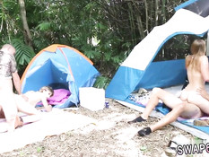 Две молодые пары ставят в джунглях палатки и занимаются сексом