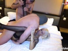 Страстная немецкая блондинка с тату сосёт хуи и ебётся на кровати
