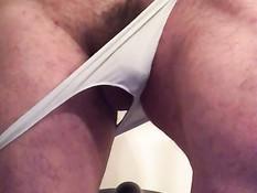 Гомосексуальный мужик снимает трусы и занимается на тренажёре