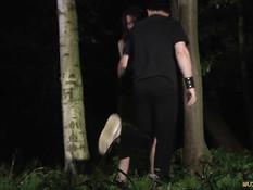 В ночном лесу связанную девушку Minnie Manga выпороли по жопе