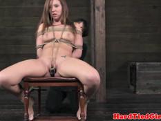 Обвязанной верёвками секс рабыне зацепили прищепки и вибратор