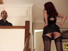 Мужчина ебёт на лестнице рыжую шалаву в чёрном сетчатом белье