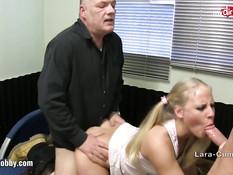 Блондинку в латексных леггинсах Lara Cumkitten оттрахали раком