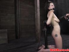 К сиськам секс рабыни с кляпом во рту прицепили вакуумные помпы
