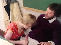 Преподаватели трахают в аудитории развратных молодых студенток
