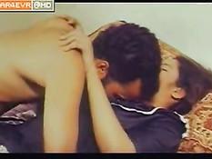 Индийский мужчина ласкает грудь юной любовнице в ретро порно
