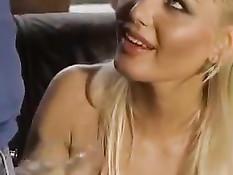 Роскошная грудастая блондинка занимается сексом со своим парнем