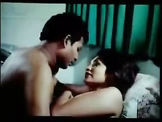 Романтичная индийская девушка прижимается к своему любимому