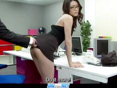 Японская секретарша в очках отсасывает у босса и трахается раком