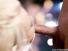 Великолепная блондинка облизывает член и делает сладкий минет