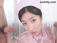 Японская медсестра садится пиздой на лицо мужика и сосёт члены