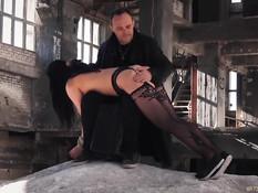 В заброшенном цеху мужик порет и трахает связанных секс рабынь