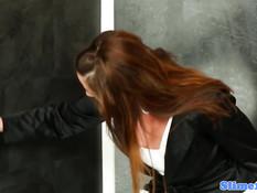 Рыжая девка потрогала торчащий из стены член и получила сперму