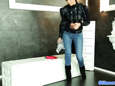 Девку в джинсах залило спермой из просунутого в отверстие члена