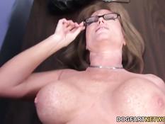 Очкастая мамочка с большой грудью Darla Crane трахается с чёрным
