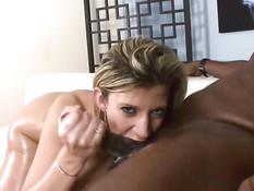 Сексуальная зрелая блондинка трахается на кровати с парнишкой