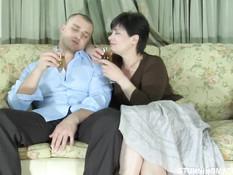 Темноволосая русская мамочка напоила парня и соблазнила на секс