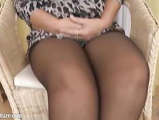 Светловолосая мамочка в чёрном белье показывает большие сиськи