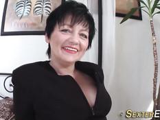 Сисястая мамочка из Германии мастурбирует свою волосатую киску