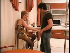 Возбуждённая русская женщина предложила парню заняться сексом