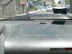 Итальянская женщина в солнцезащитных очках подрочила мужчине