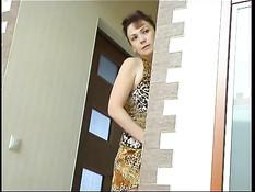 Русская женщина увидела, что парень дрочит и предложила секс