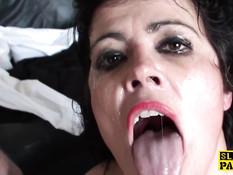 Пожилая британская брюнетка Montse Swinger любит жёсткий секс