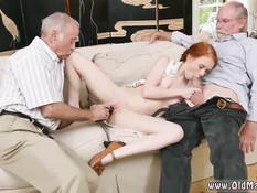 Рыжая девка с косичками готова сделать минет пожилым мужчинам